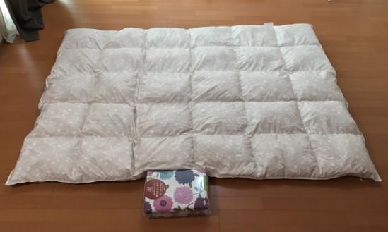 広げた羽毛布団と布団カバーが写っている写真